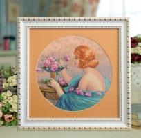 Вышитая нитками картина Девушка с розами